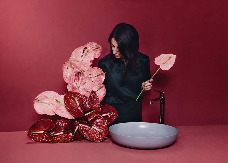 Цветочный дизайнер-флорист Руби Барбер особенно любит антуриум, который часто составляет основу ее композиций. Умывальник Kaldewei в матовом оттенке Oystergray из коллекции Coordinated Colours Collection ярко контрастирует с красными цветками.