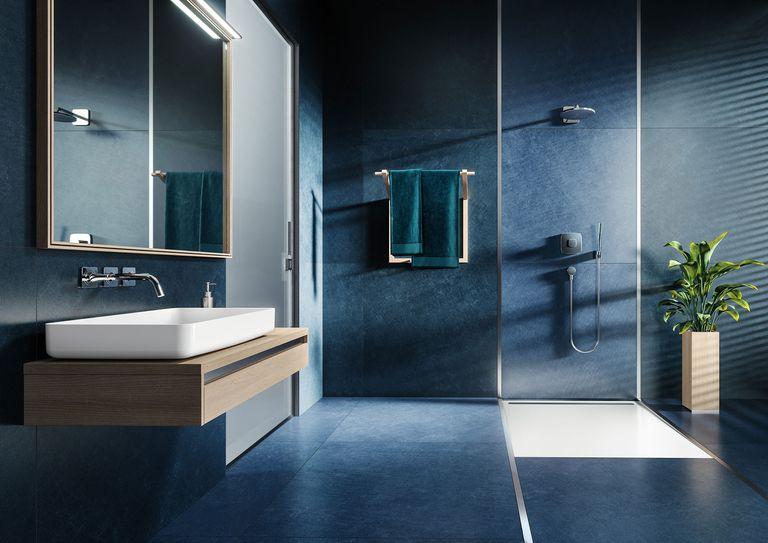 В ванной комнате с преобладанием синего тона, раковина Miena и поддон для душа Kaldewei Nexsys в матовом альпийском белом цвете с матовым стальным покрытием создают приятный контраст.