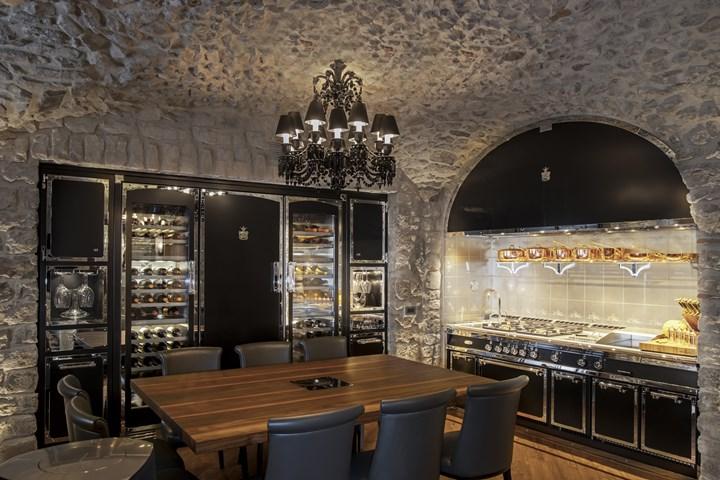 Officine Gullo — кухня в каменных стенах
