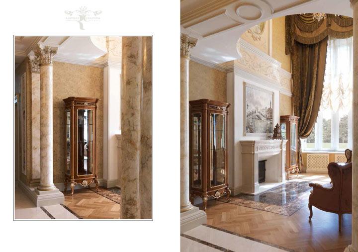 Изящные витрины, закрытые от камина, подчёркивают высоту потолка гостиной