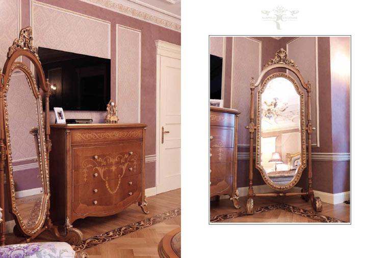 В большом пространстве спальни элегантное резное зеркало